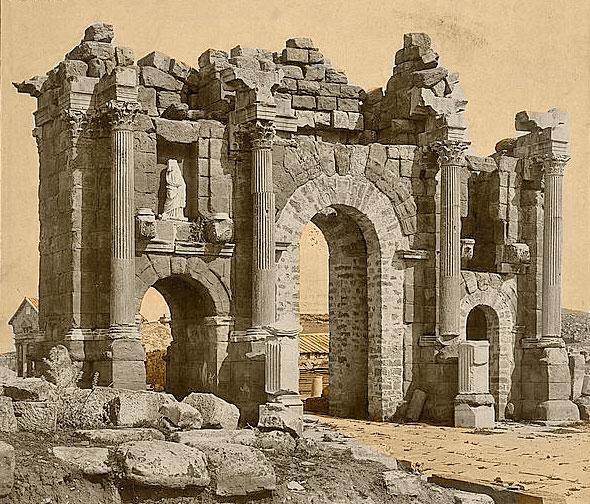 Римская арка в Тамугади (Тимгад), Алжир. Её вид напоминает описание тройной арки при входе в затерянный город, описанный в Рукописи 512.