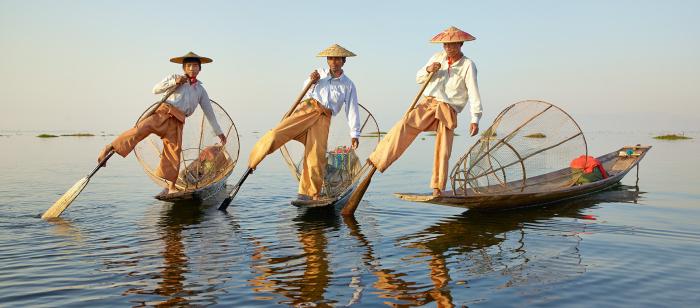 Рыбаки на озере Инле используют древний способ гребли ногами. | Фото: google.ru.